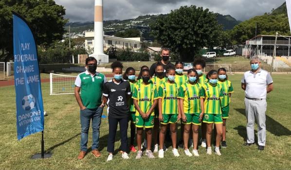L'équipe féminine du Saint-Denis FC en compagnie des parrains de la Danone Nation Cup, de François Amiot directeur de Danone Réunion et d'Hosman Gangate Directeur Technique de la Ligue