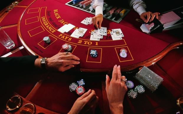 Le black jack : du casino terrestre aux jeux live