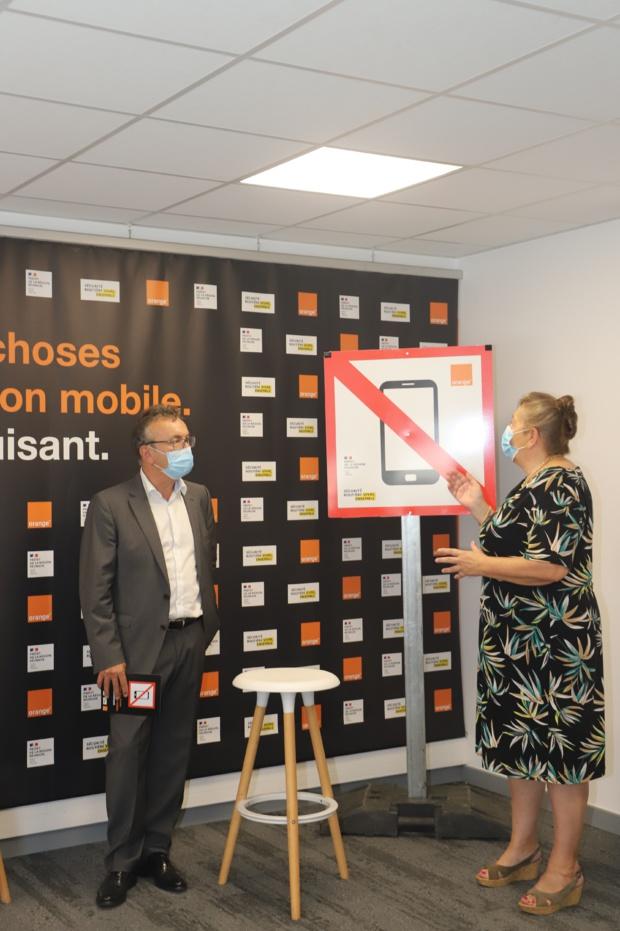Sur la photo: Mme BEUVE sous-préfète de St-Benoit et Jean Marc  ESCALETTES directeur Orange Réunion Mayotte.