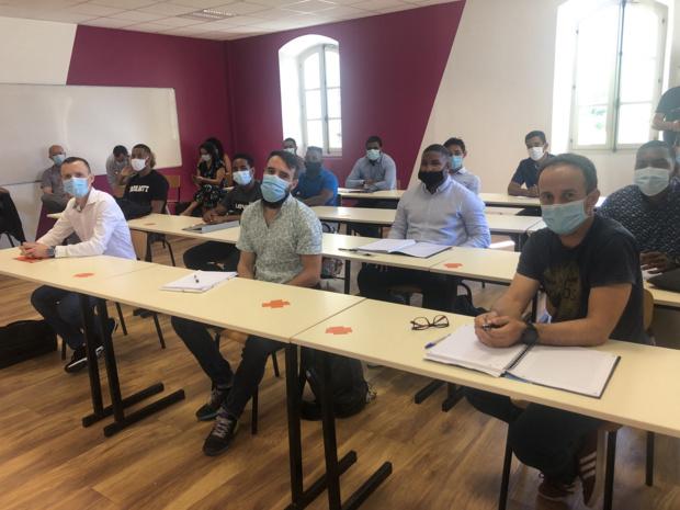Les étudiants en salle de classe pour la session d'intégration