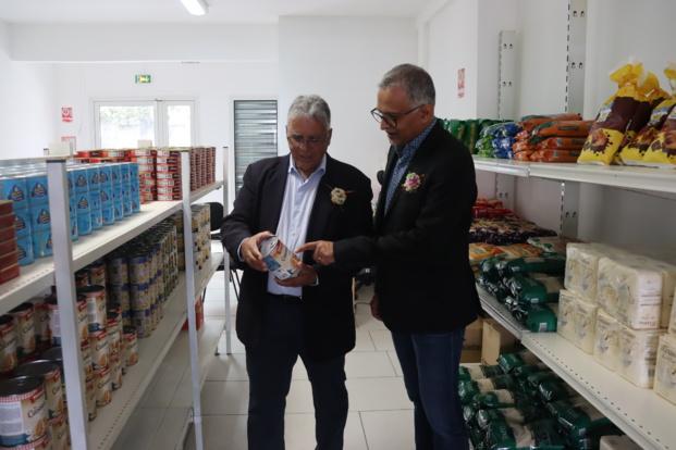 Gilbert Babef, Président de l'association C.L.E.F et Loqman Mooland PDG du groupe Transport Mooland au sein de la plateforme de distribution de colis alimentaires