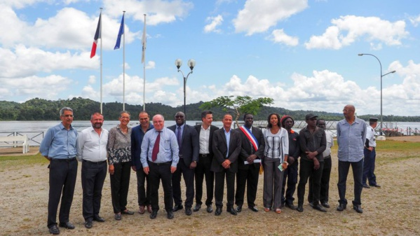 Sur la photo: Le Président de la Collectivité Territoriale de Guyane, Rodolphe Alexandre / le maire d'Apatou, Paul Dolianki, la députée Chantal Berthelot, les sénateurs Georges Patient et Antoine Karam, et le Préfet de Guyane, Martin Jaeger.