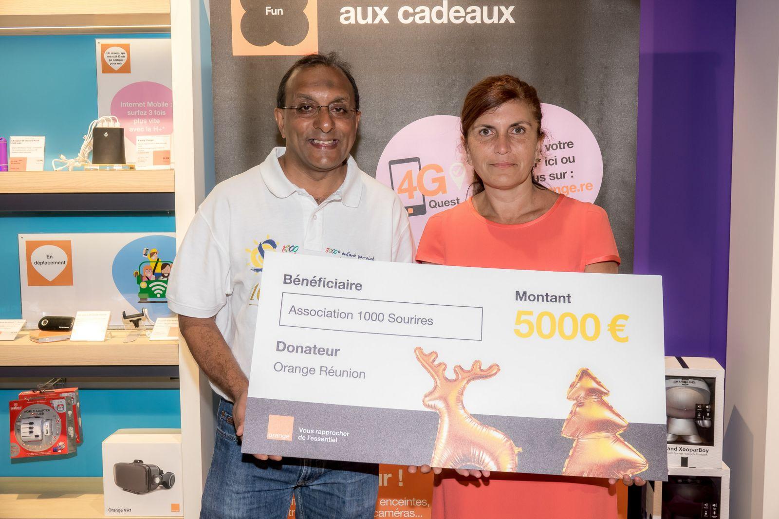 Sur la photo: Mireille HELOU, directrice Orange Réunion Mayotte et Ibrahim INGAR, Président de l'association 1000 Sourires
