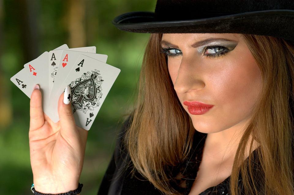 Les femmes s'invitent de plus en plus aux tables de poker.