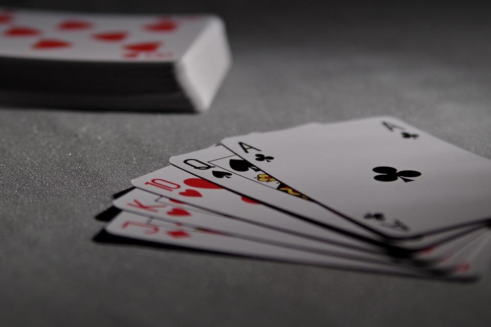 Les femmes privilégient le poker en ligne au vrai jeu de cartes.