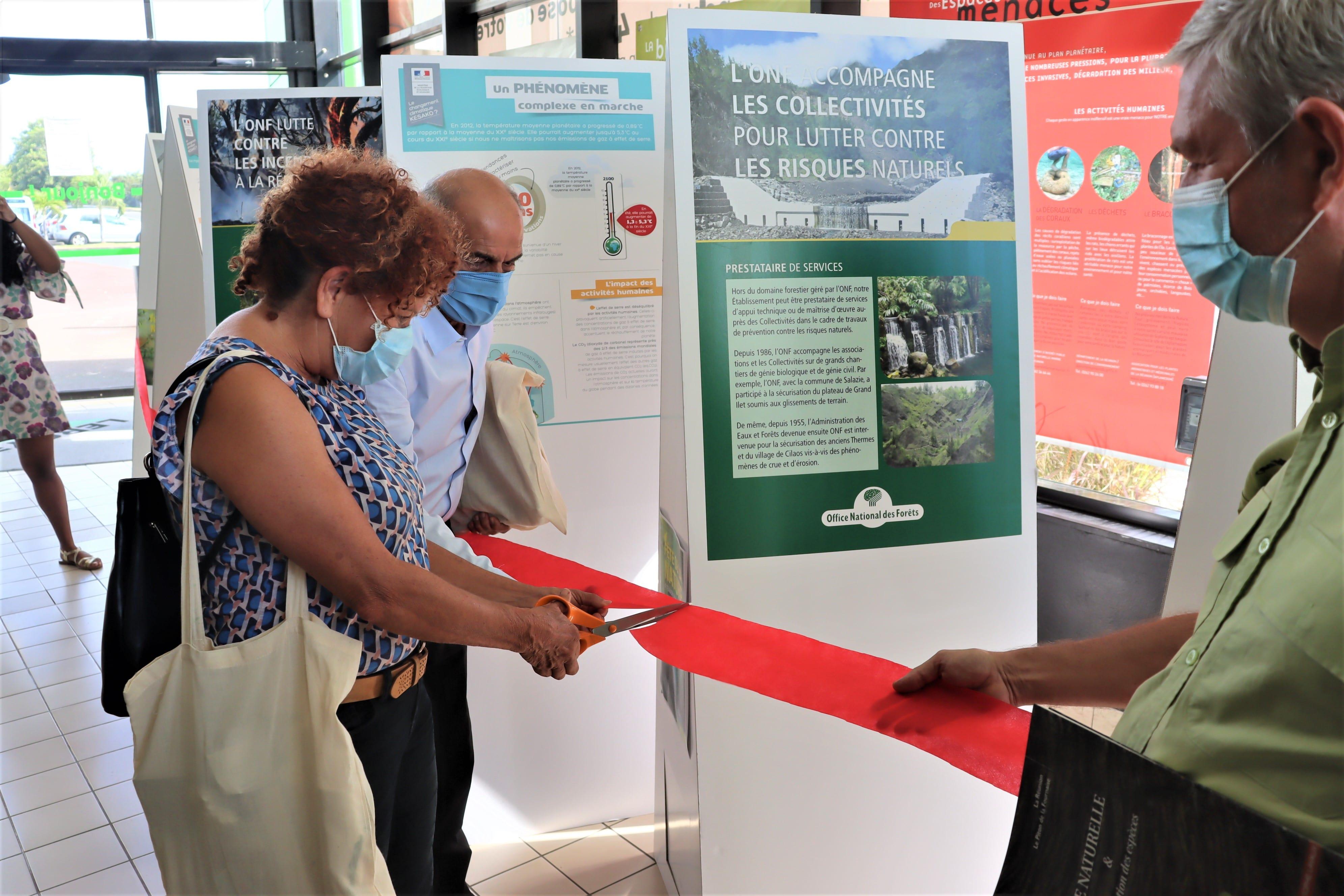 Inauguration de l'exposition par Yvette Duchemann, élue au Département et Noor Ravate, directeur général de Leroy Merlin Réunion-min