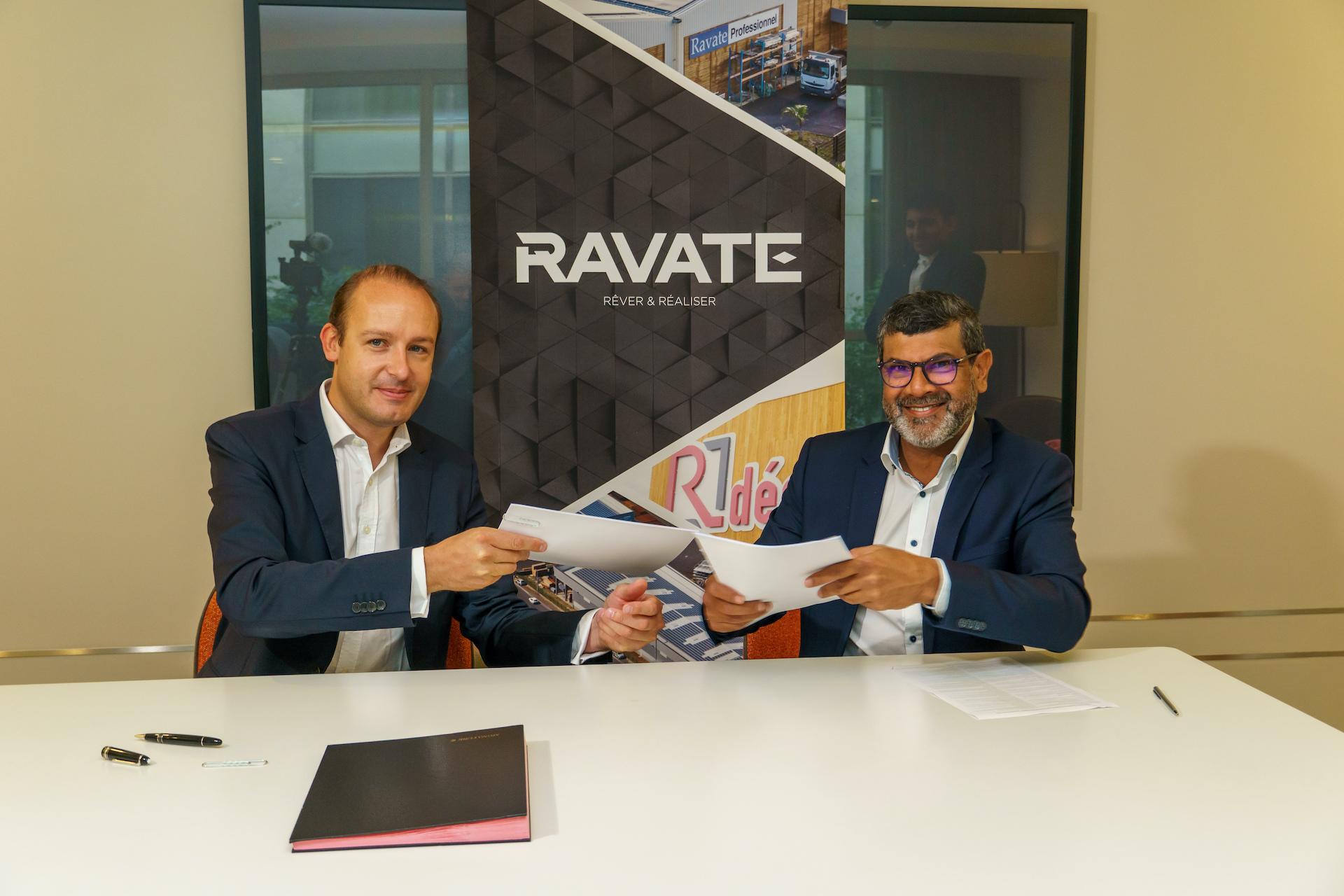 Signature entre Julien Blanchard, président du Directoire et Co-Fondateur Hoffman Green Cement Technologies et le groupe Ravate, représenté par Abdoullah Ravate, PDG de Ravate Professionnel
