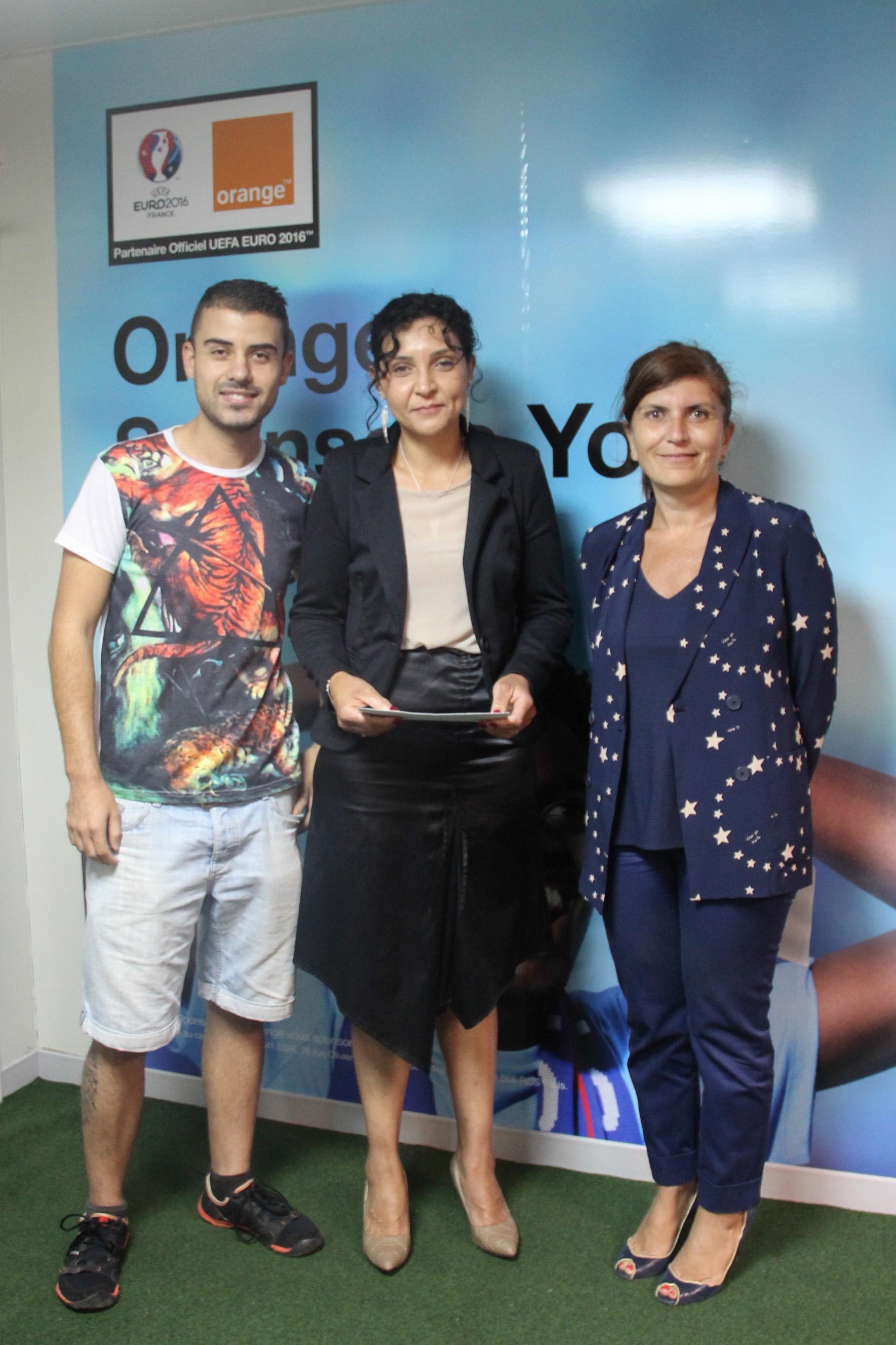 Un des gagnants et Mireille Helou, directrice d'Orange Réunion-Mayotte